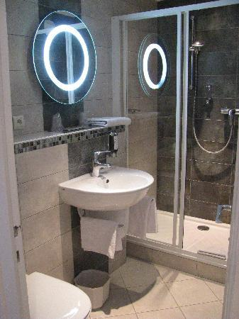 Hotel Du Nord : Bathroom, toilet, and cool lighted mirror