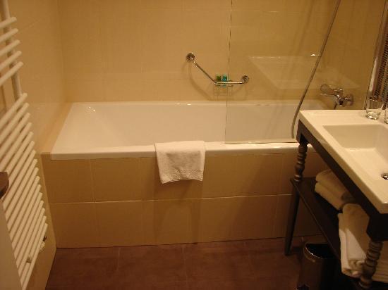 La Prima Fashion Hotel: Bathroom