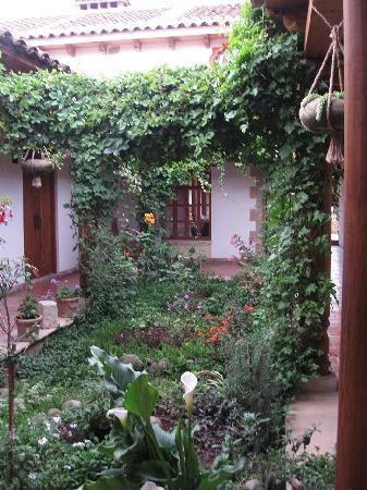 Hotel Parador Margarita: Courtyard with garden as you enter the hotel