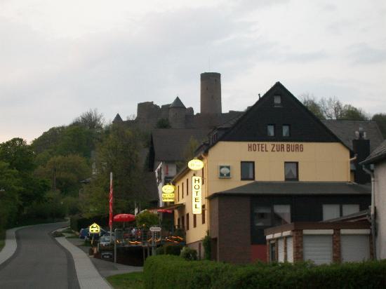 Hotel zur Burg: Castle in background