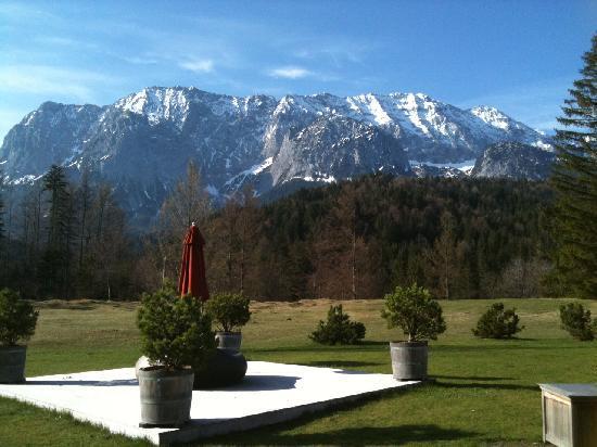 Schloss Elmau Luxury Spa & Cultural Hideaway: Ostersonntag mit Blick auf den Wetterstein
