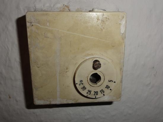 Bedpark: Heizungsthermostat im Dreibettzimmer