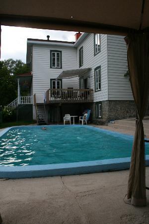 Le Petit Manoir du Sault Montmorency : Le Petit Manoir - la piscina 1
