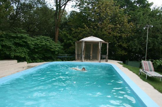 Le Petit Manoir du Sault Montmorency : Le Petit Manoir - la piscina 2