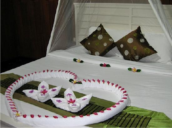 Ko Ngai, Thailand: bed decorated with flowers on our first night