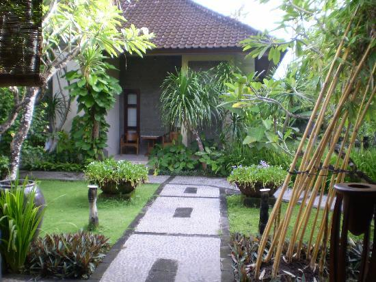 Hotel Puri Bambu: Path from restaurant to villa rooms