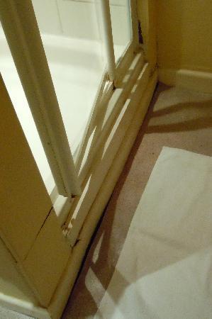 The Punchbowl Inn: Bathroom floor