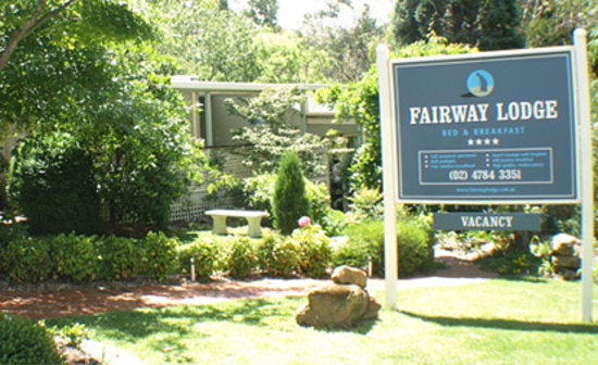 Fairway Lodge: Roadside view