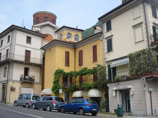 Laveno-Mombello, Italie : Laveno 1673 is the yellow building