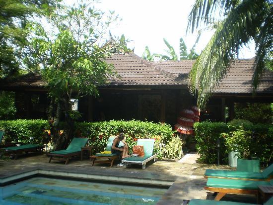 Kumala Hotel: Restaurant from back pool