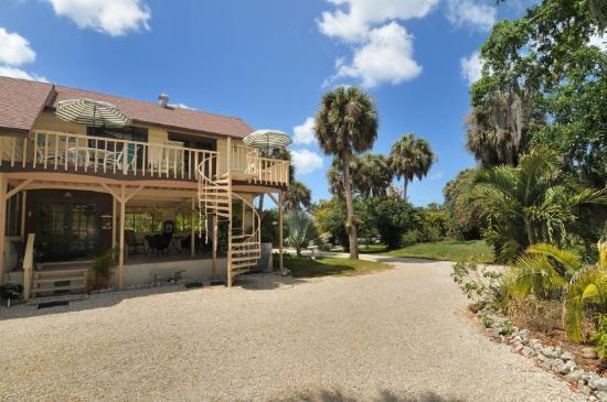 Palm Garden Beach and Tennis Estate : Gulf Breeze open deck and Hibiscus covered porch