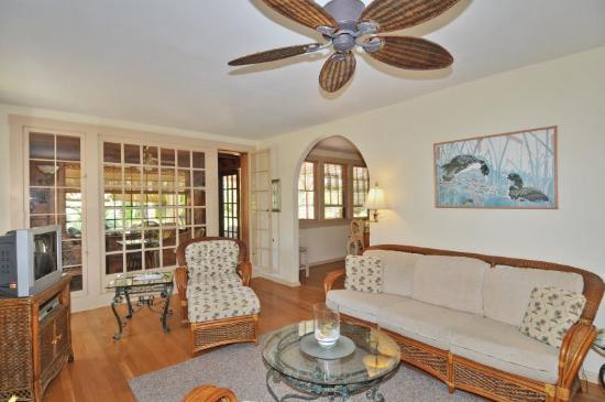 Palm Garden Beach and Tennis Estate: Living room in Hibiscus Suite