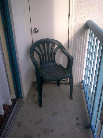 DoubleTree Suites by Hilton Hotel Mt. Laurel: one of the two dirty old chairs on the balcony