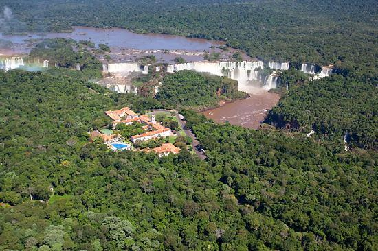 Belmond Hotel das Cataratas : air view of the hotel with national park.