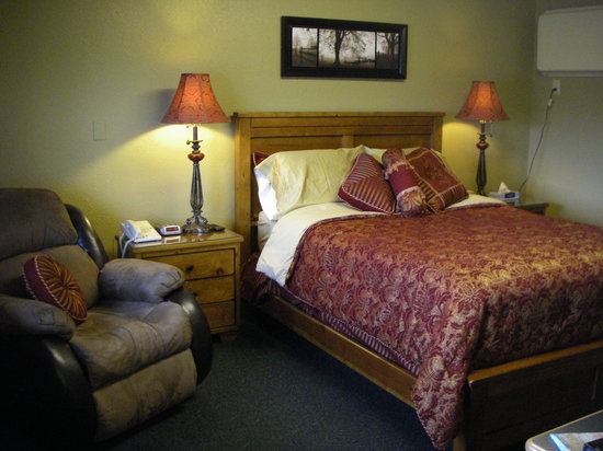 Our lovely queen bed room at Night's Inn