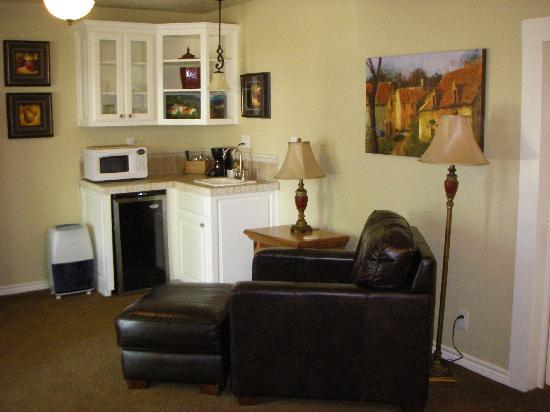 Rainbow Courts: Kitchenette, TV/DVD, recliner -- just like home!