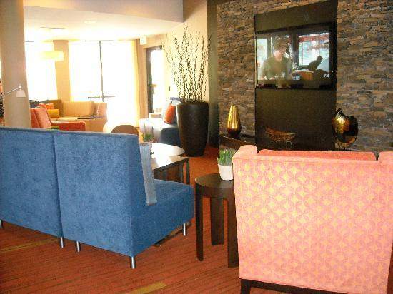 Courtyard Valdosta: Renovated Lobby/Flat Screen Lounge