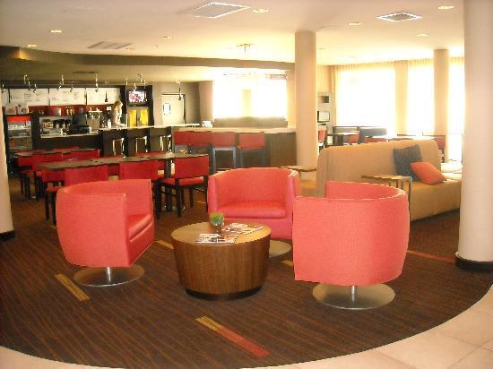 Courtyard Valdosta: Lobby/Coffee Bar/Breakfast Area