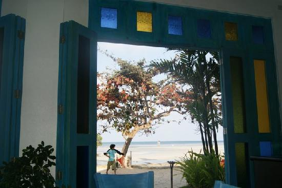 Microtel by Wyndham Puerto Princesa: outside view