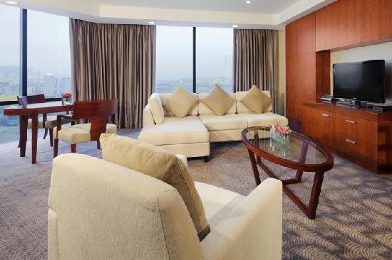 Crowne Plaza West Hanoi: Suite Living Room