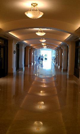 Sofitel Phnom Penh Phokeethra: to the lobby