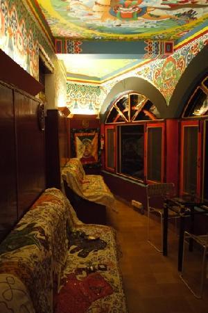 Doma's Inn: Downstair sitting area.