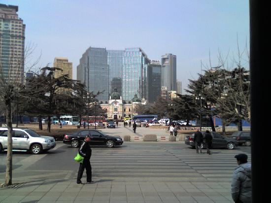 Dalian Zhongshan Square: 大和ホテル入口からみた中山広場