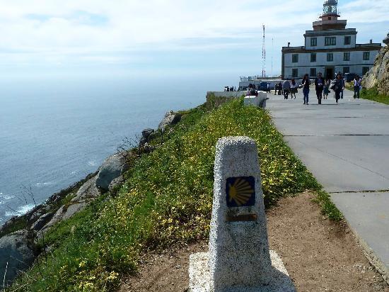 Finisterre, İspanya: Leuchtturm am Kap Finsterre mit Camino-Marke