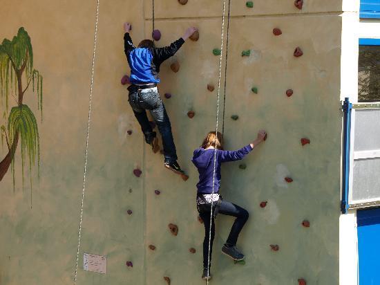 Youtel 1202 Jugendhotel Bitburg : Kletterwand Außengelände