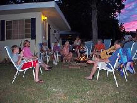 Hand Cove Resort & RV Park: Cabin Fire Pits