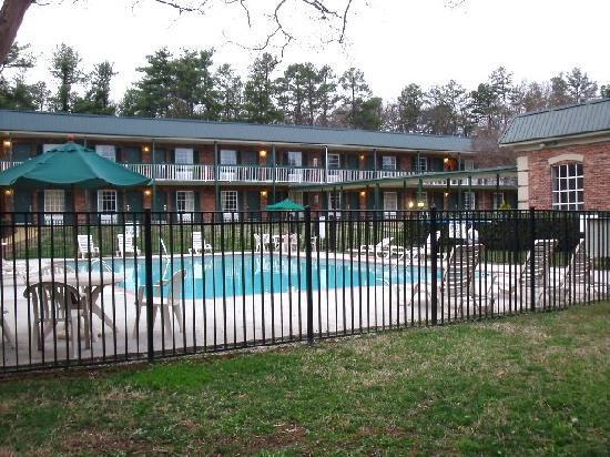 Quality Inn & Suites: autour de la piscine