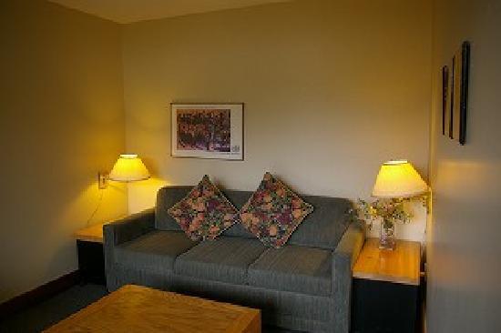 Edgewater Lodge & Restaurant: リビングルームにはティーセットがありました