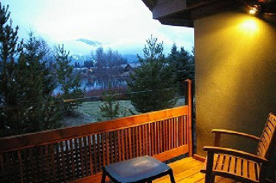 Edgewater Lodge & Restaurant: 暖かい季節はテラスも気持ち良さそうです