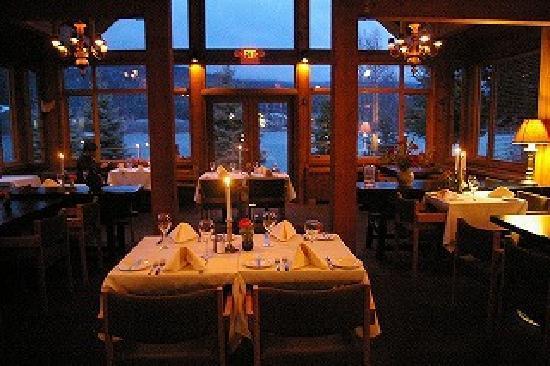 Edgewater Lodge & Restaurant: 夜のレストランです