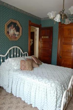 Innisfree-a-Celtic-Bed-and-Breakfast: Another bedroom.