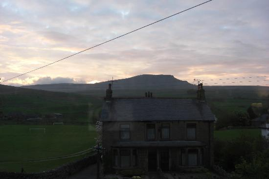 Horton-in-Ribblesdale, UK: Bedroom view at dawn of Pen-y-ghent