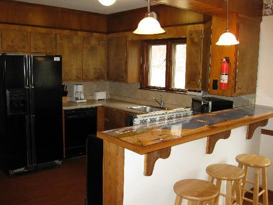 Pine Shore Cottages: Kitchen