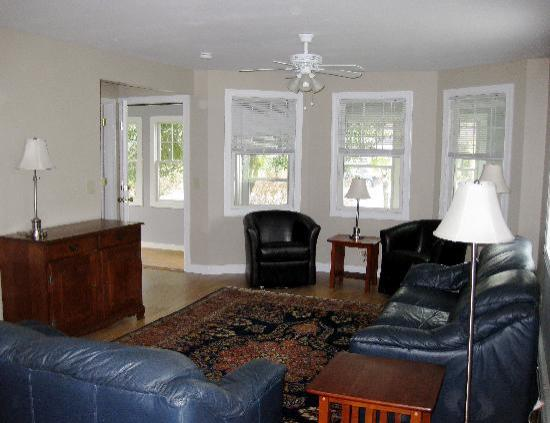Pine Shore Cottages : Living Room