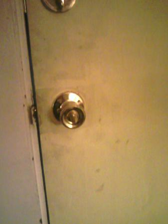 Homestead Motel: dirty door and broken