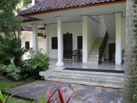 Puri Saron Senggigi Beach Hotel : Typical set-up in the two-story, four-room bungalows