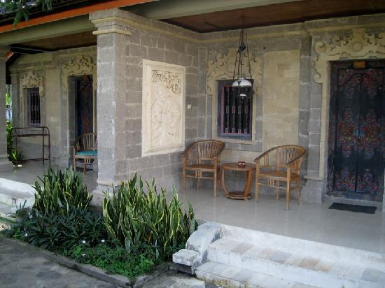 Puri Saron Senggigi Beach Hotel: A couple of one-story bungalows facing the pool