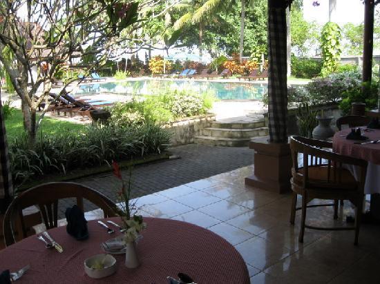 Puri Saron Senggigi Beach Hotel: View of the swimming pool from the restaurant