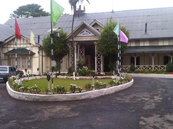 Pinewood Hotel: The Entrance