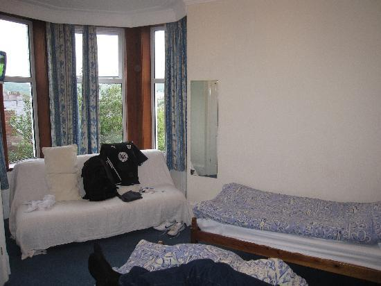 Coniston Guest House: Beds and sofa