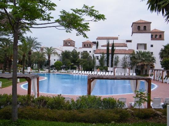 Club Marmara Marbella: Vue de l'hôtel sous le ciel gris
