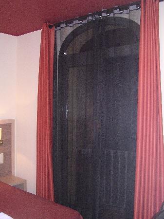 Residencia Erasmus Gracia: Finestra con piccolo balconcino.