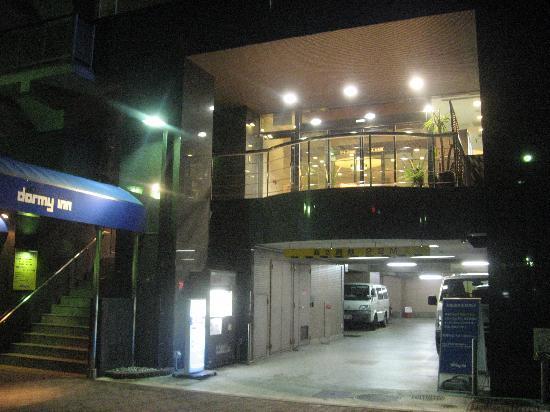 Dormy Inn Express Nagoya: ホテル外観。1Fは駐車場。