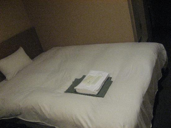 Dormy Inn Express Nagoya: 広いベット。シングルユースです。