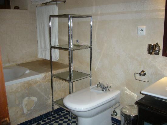 Riad Noujoum Medina : nice clean, modern bathroom