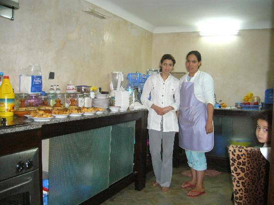 Riad Noujoum Medina: Magda and Zakia in the kitchen